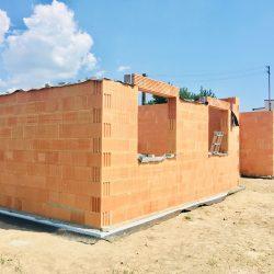 Wykonanie otworów okiennych - stan surowy otwarty domu jednorodzinnego w Krzyżanowicach - BAUMAG - fot.2