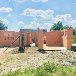 Budowa otworów okiennych - stan surowy otwarty domu jednorodzinnego w Krzyżanowicach - BAUMAG - fot.2